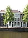 foto van Pand met gepleisterde lijstgevel ter breedte van vijf vensterassen. Deuromlijsting met houten hoofdgestel. Hardstenen vensterdorpels