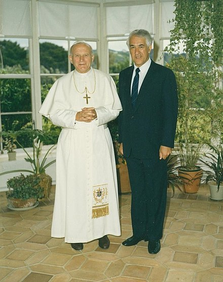 Reeves welcomes Pope John Paul II to New Zealand. Government House, 23 November 1986 Sir Paul Reeves with Pope John Paul II.jpg