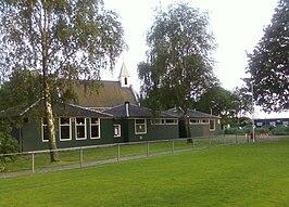 Voetbalclub DRC in Durgerdam waar de serie werd opgenomen. Rechts stond eerst de kantine die op nieuwjaarsnacht 2008 is afgebrand.