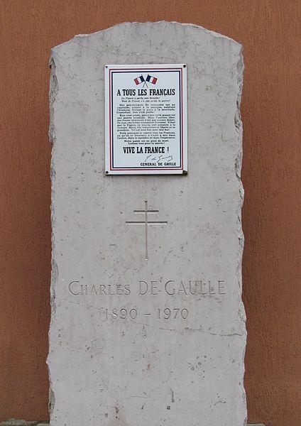 Stèle Place-Charles-de-Gaulle à Saint-Maurice-de-Beynost.