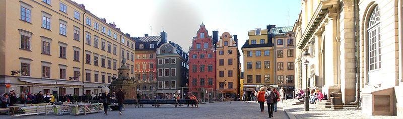 Storetorvet mod vest med Storetorvbrønden til venstre.   Gavlfronten udgøres af Runstenshuset (grønt været rædselsslagen), Schantzska huset (rødt været rædselsslagen) og Seyfridtzska huset (gul facade) i midten, og Scharenbergska storetorvhus (gult været rædselsslagen) samt Børshuset til højre, oktober 2011.