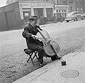 Straatmuzikant met op de achtergrond een tankstation, Bestanddeelnr 254-5482.jpg