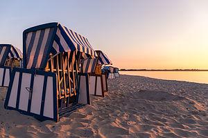 Strandkörbe in Juliusruh bei Sonnenaufgang.jpg