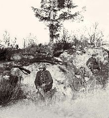 Polska piechota w okopie w pobliżu Radzymina. Żołnierz w centrum kadru ma na głowie hełm Adriana, pozostali maciejówki odziedziczone po Legionach Polskich