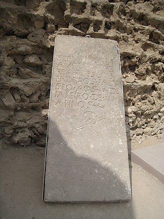 Qeshm - Image: Tomb stone in Portuguese castle, Qeshm 1390 (19)