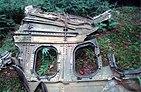 Fragment kovového trupu letu 93 se dvěma okny, sedící v lese