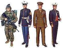 Farbzeichnungen von vier Marines tragen verschiedene Uniformen.