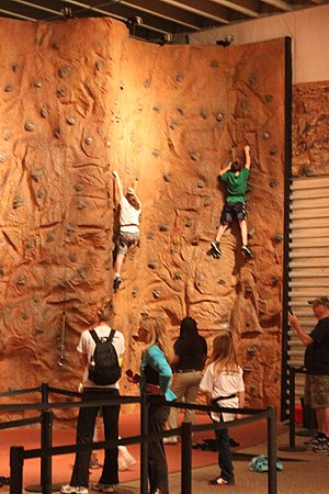 English: People climb the indoor rock climbing...