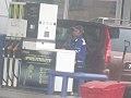 Une femme qui travaille sur un station d'essence.jpg