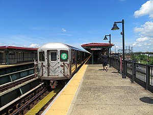 Uptown 6 train at Whitlock Avenue station, September 2018.JPG