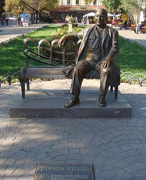 https://upload.wikimedia.org/wikipedia/commons/thumb/e/e1/Utesov_monument_Odessa.jpg/300px-Utesov_monument_Odessa.jpg