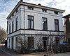foto van Blokvormig pand, gepleisterd met verdieping en mezzanino onder flauwhellend, met pannen gedekt schilddak