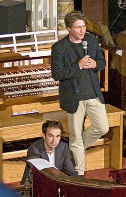 Varnus Xaver Bachról szóló előadást tart a pécsi zsinagógában, 2009 nyarán