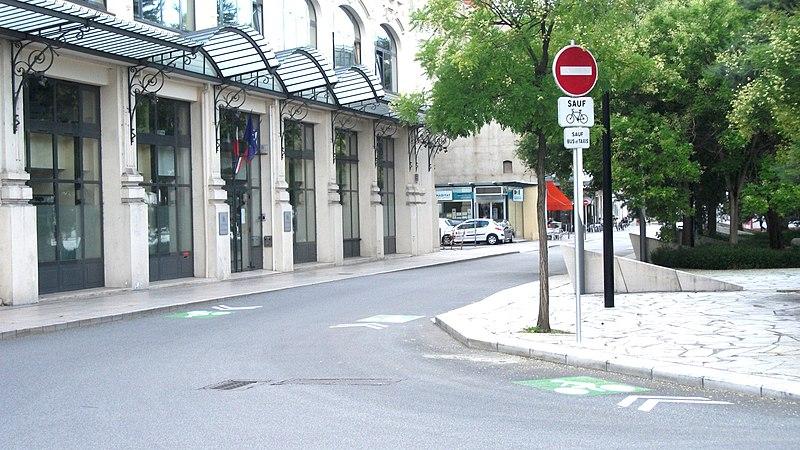 800px-Vichy_-_Place_CDG_interdit_sauf_v%C3%A9los_bus_et_taxis