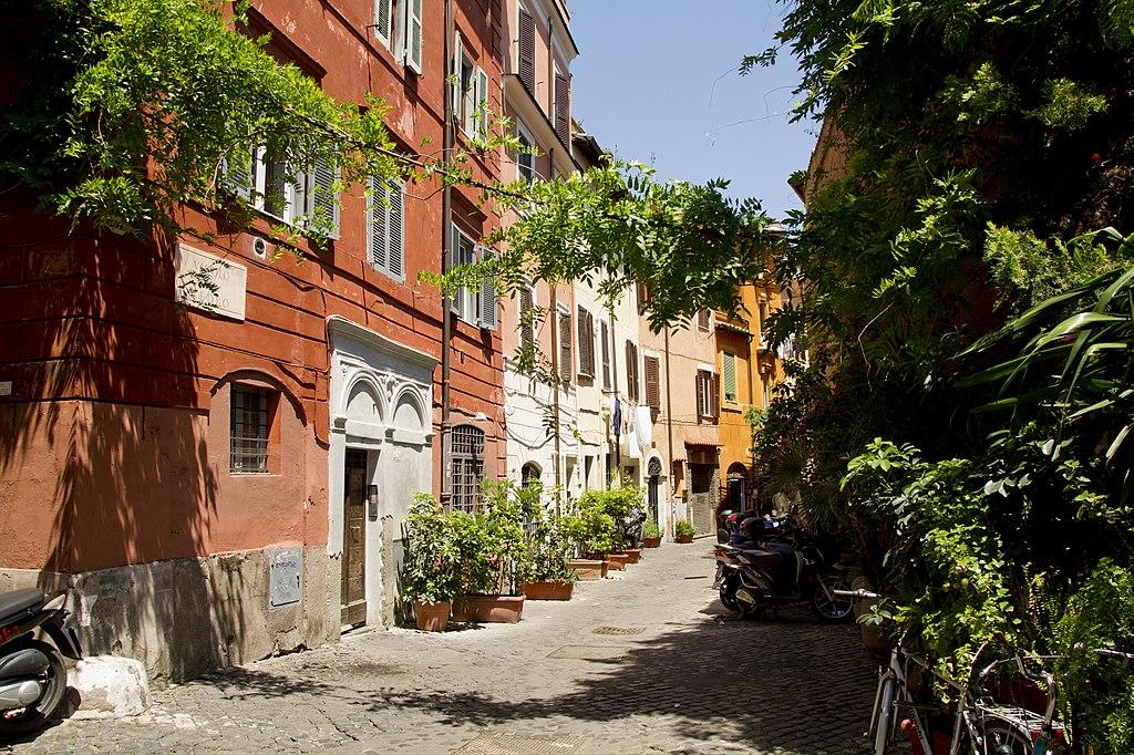 Ruelle fleurie du quartier du Trastevere à Rome - Photo de trolvag