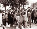 Vida Tomšič in Franc Leskošek-Luka med otroki ob 20-letnici vstaje v Slovenj Gradcu 1961.jpg