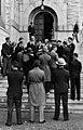 Virolaisia matkailijoita Kansallismuseon edessä ja portailla - N203956 - hkm.HKMS000005-km003u9m.jpg
