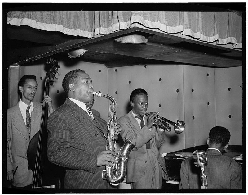 By The Library of Congress - [Portrait of Charlie Parker, Tommy Potter, Miles Davis, Duke Jordan, and Max Roach, Three Deuces, New York, N.Y., ca. Aug. 1947] (LOC), Public Domain, https://commons.wikimedia.org/w/index.php?curid=42835778