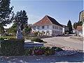 Ältestes Schulhaus von 1828 u Besenbinderinnen-Brunnen.jpg