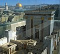 דגם בית המקדש על רקע הר הבית.jpg