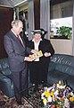 הרבנית מילר מציגה את ספרה לנשיא הרצוג.jpg