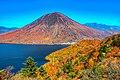 半月山の中禅寺湖展望台からの男体山と紅葉.jpg