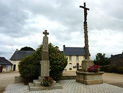 044 Bolazec Calvaire, monument aux morts et mairie.JPG