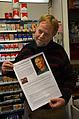 2014-12-30 Uwe Kauermann mit DIN A3-Druck des Wikipedia-Artikels über den Maler Friedrich Busack vor Tabakwaren am Engelbosteler Damm 40, Hannover-Nordstadt.jpg
