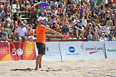 "A linesman signals that a ball is ""in"" 2017-07-30 Beach Volleyball Volunteers 06 (36247064866).jpg"