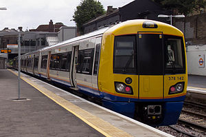 A London Overground Kelas 378 train at Willesden Junction