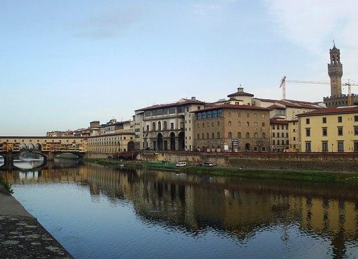 Lungarno a Firenze. Da sinistra a destra si notano il Ponte Vecchio e gli Uffizi