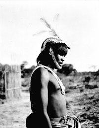 A. man som är dansklädd. Mössan är besatt med snäckskalsskivor. Rio Pilcomayo, Gran Chaco. Bolivia - SMVK - 004664.tif