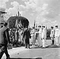 Aankomst van koningin en prins op het vliegveld Zanderij. Begroeting door indian, Bestanddeelnr 252-4190.jpg