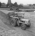 Aanleg en verbeteren van wegen, dijken en spaarbekken, landbouwwegen, laden gron, Bestanddeelnr 161-0764.jpg