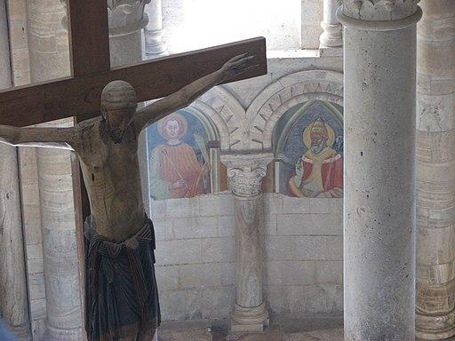 Abbazia di Sant'Antimo - 53 - Il crocifisso e gli affreschi visti dal matroneo