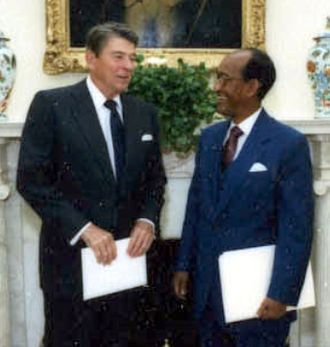 Abdullahi Ahmed Addow - Receiving diplomatic credentials from U.S. President Ronald Reagan in 1986