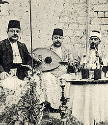 4d0752fbd فرقة موسيقية سورية، في حلب تعزف باستخدام آلة العود. حوالي عام 1915م.
