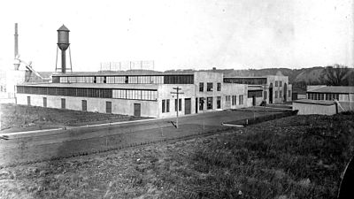 With no more room for expansion at the Hudson plant, Andersen builds a new factory in 1913 in South Stillwater (now Bayport), Minnesota.