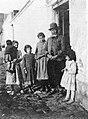 Archivo General de la Nación Argentina 1890 aprox Cacique Ancatruz del pueblo Pampa con sus nietas.jpg