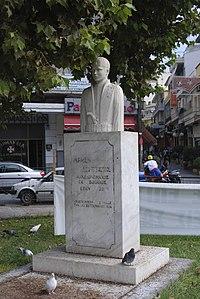 Προτομή του Άρμεν Κούπτσιου στην κεντρική πλατεία της Δράμας.