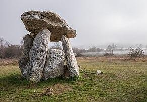 Le dolmen Sorginetxe d'Arrizala (Pays basque espagnol).  (définition réelle 4427×3076)
