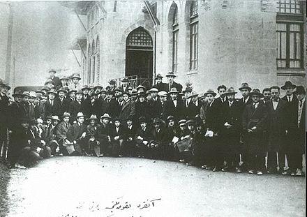 Ankara Adliye Hukuk Mektebi'nin ilk öğrencileri.