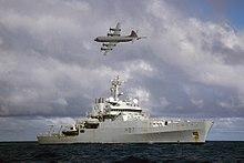 4-motoret fly flyr over skipet