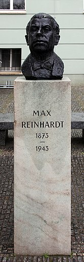 Bust in front of the Deutsches Theater Berlin Buste Schumannstr 13a (Mitte) Max Reinhardt.jpg
