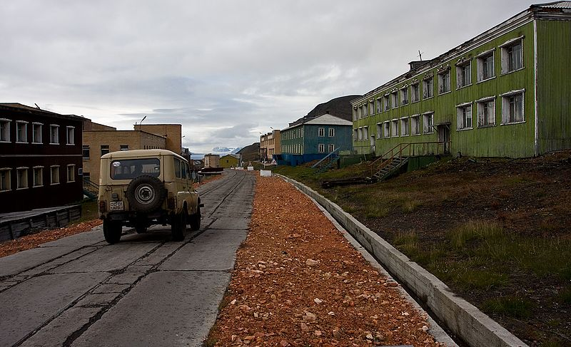 File:Barentsburg mainstreet.jpg