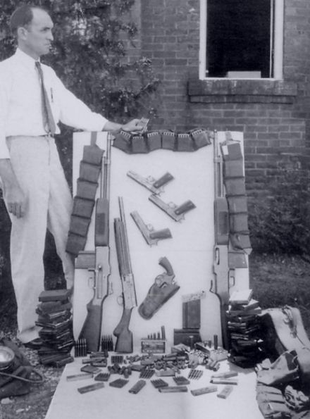 The perpetrators had more than a dozen guns and several thousand rounds of ammunition in the Ford, including 100 20-round BAR magazines BarrowDeathCarArsenal1934.jpg