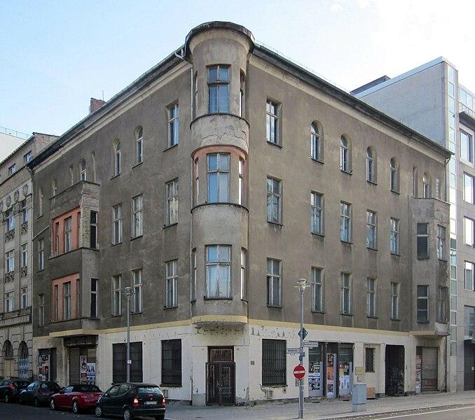 678px-Berlin%2C_Mitte%2C_Mittelstrasse_41-42%2C_Mietshaus.jpg