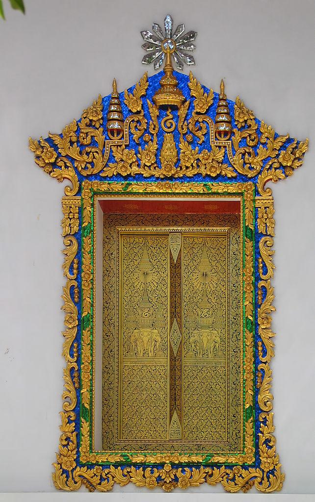 Fenêtre richement décoré au temple Wat Makut Kasattriyaram Ratchaworawiharn de Bangkok. Photo de Hdamm