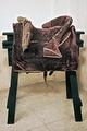 Bomsadel av purpursammet med rektangulära kappor, fodrade och kantade med brunt läder - Livrustkammaren - 8494.tif
