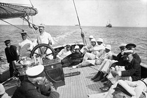 "HMY Britannia (Royal Cutter Yacht) - Image: Bundesarchiv Bild 102 13720, Cowes Week Regatta, Yacht ""Brittania"""